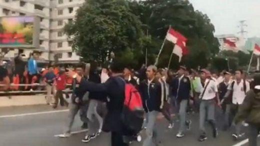 Viral Video Anak STM Demo di DPR: Kakak Mahasiswa, Kami Datang, Maaf Tadi Sekolah Dulu!