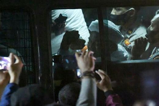 Dari Mobil Tahanan, HRS Serukan Lawan Kezaliman