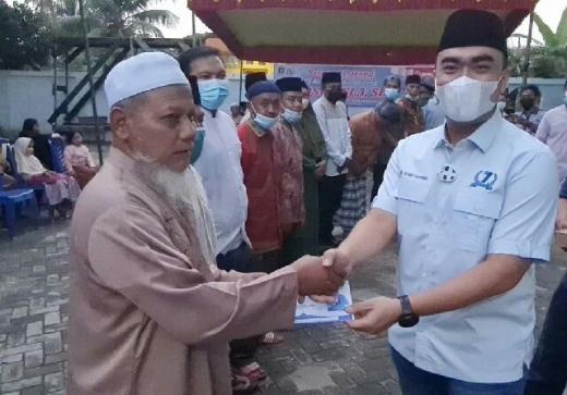 Salurkan Zakat ke Puluhan Masjid, Irvan Herman Minta Doa Agar Ayahandanya Segera Pulih
