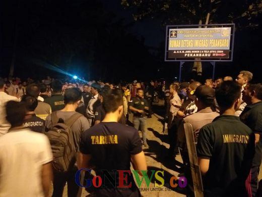 Breaking News: Ratusan Imigran Ngamuk Geruduk Kantor Rudenim Pekanbaru