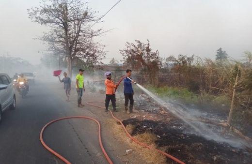 Lahan Ilalang Terbakar di Dekat Tol Kanci Cirebon