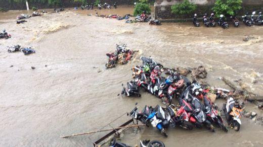 Dihantam Banjir, Siswa Histeris Lihat Puluhan Motor Terseret Arus