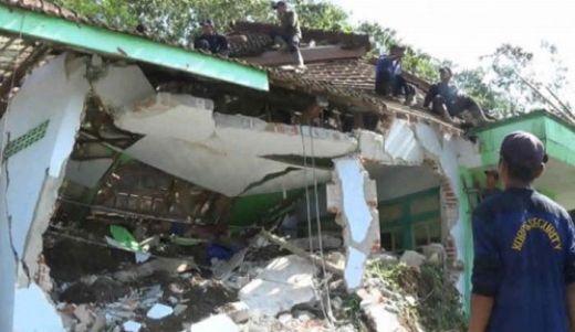 Masjid Tertimbun Longsor, Seorang Jamaah dan 2 Anaknya yang Sedang Salat Terperangkap