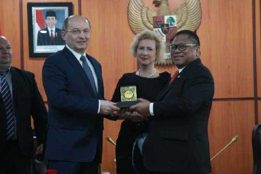 Ke Duta Besar Rusia, Ketua DPD RI Dorong Percepatan Transportasi Kereta Api di Kalimantan