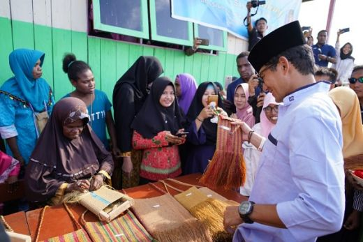 Sandiaga Uno Terenyuh Dengar Curhat Yeni dan Ira, Guru Honerer di Sorong