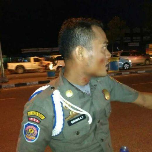 HATI-HATI!! Anak Punk di Perempatan Pasar Pagi Arengka Pekanbaru Serang Anggota Satpol PP, 1 Terluka