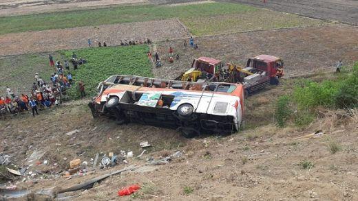 Bus Kramat Djati Kecelakaan Tunggal di Jalan Tol Surabaya-Mojokerto 2 Penumpang Tewas, Puluhan Luka-luka