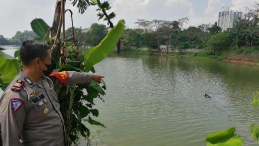Pesawat Latih Oleng Lalu Jatuh ke Danau Cibubur