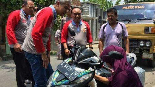 Tak Tega Lihat Ibu Pengendara Motor Masuk Selokan, Ini yang Dilakukan Pak De Ganjar Pranowo