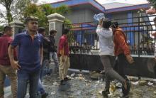 Demo Tolak TKA China di Kendari Memanas, Massa Lempari Kantor Imigrasi dengan Sampah