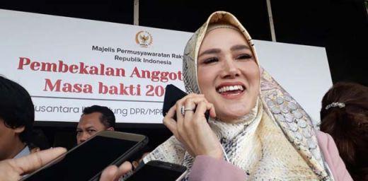 Jurus Mulan Jameela Hindari Wartawan, Pura-pura Nelepon, Eh Ternyata...