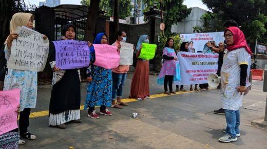 Sambangi Polda Metro, Puluhan Emak-emak Desak Polisi Stop Kekerasan ke Pengunjuk Rasa