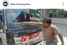Kesal dengan Aturan Larangan Mudik, Supir Travel Ngamuk Pecahkan Kaca Mobilnya