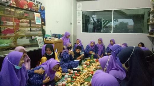 Senator Misharti Berbagi Ratusan Paket Buka Puasa Bareng Koperasi Marwah Riau Sejahtera