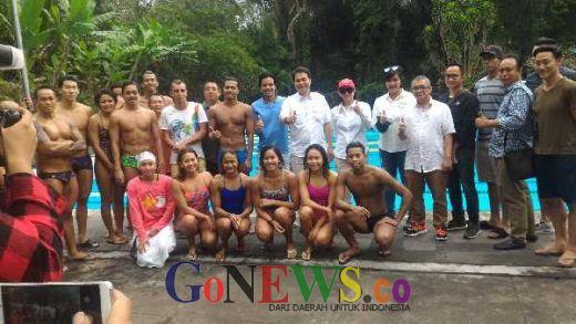 Dalam Suasana Lebaran, Aziz Tetap Sambangi Pelatnas Renang di Bali