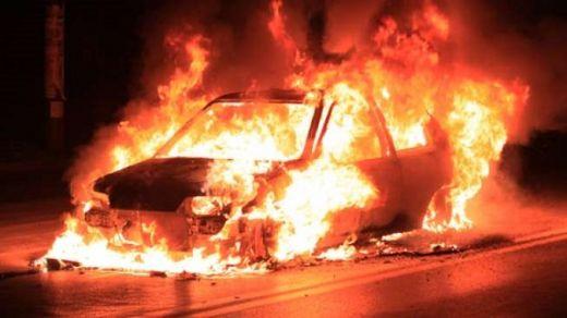 Jakarta Memanas, Mobil di Depan Polsek Tanah Abang Dibakar Massa