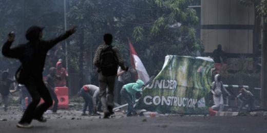 Demonstran Terus Serang Gedung BPK Tempat Brimob Bertahan