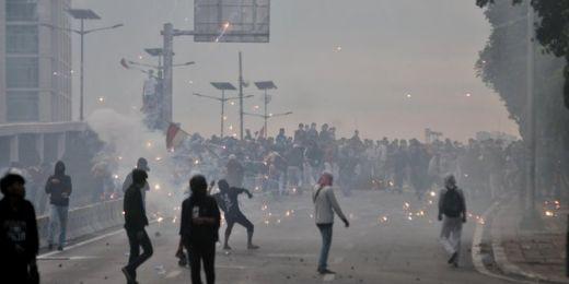 Lewat Pengeras Suara, Polisi Minta Demonstran Bubar dan Salat Isya
