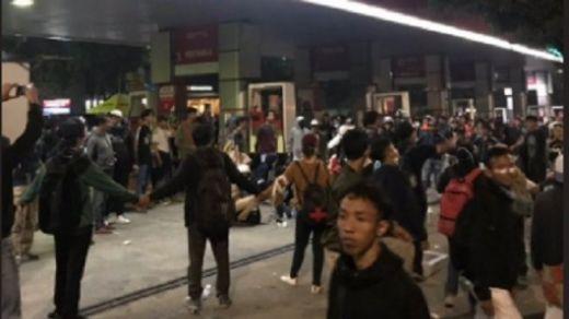 Ditembaki Gas Air Mata, Demonstran Bikin Posko Medis di Pom Bensin