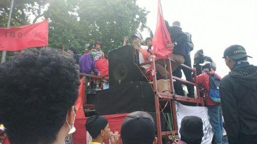 Pelajar Orasi di Atas Mobil Komando Dekat DPR: Negara Sedang Kritis