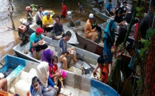Gara-gara Banjir, Tamu Pesta Pernikahan Makan di Atas Perahu