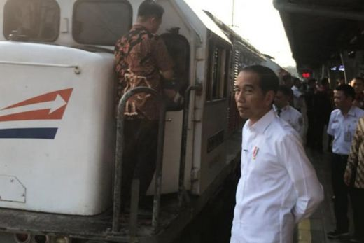 Nostalgia Masa Muda, Jokowi Tinjau Mudik Lebaran di Stasiun Senen